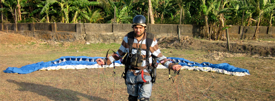 Naresh Jain setting up his Para-glide before takeoff